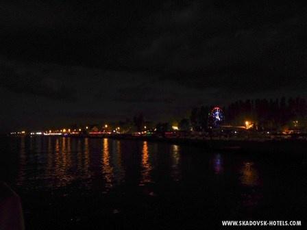 Вид на ночной Скадовск с моря
